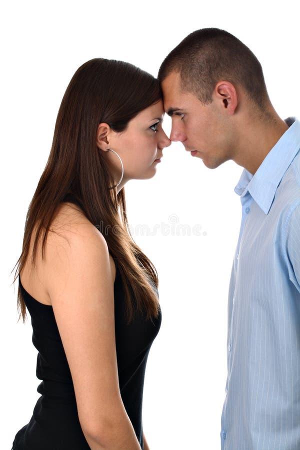 Junge Paare in der Kopf-an-Kopf- Stellung getrennt stockfotografie