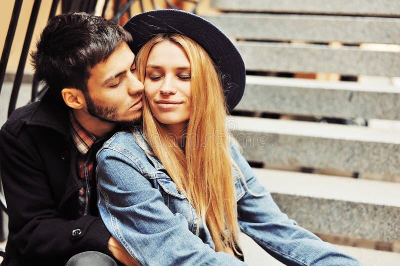 Junge Paare in der Liebe Abschluss im Freien herauf Porträt stockbild
