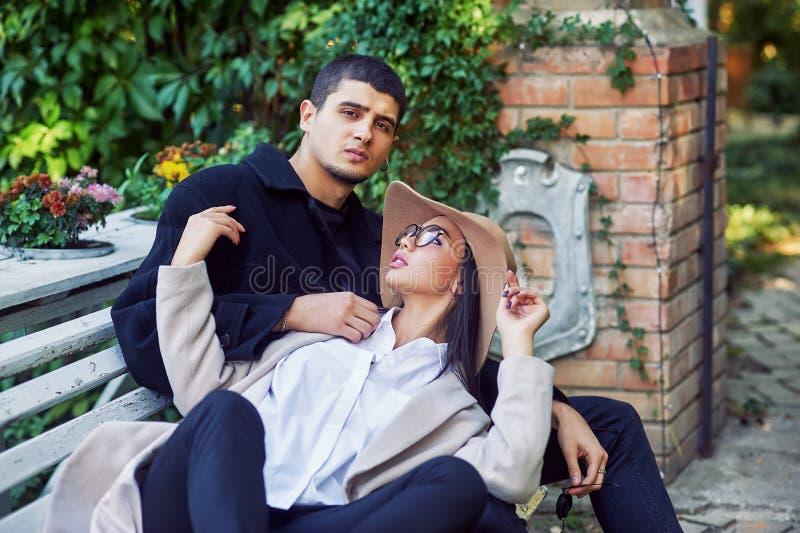 Junge Paare in der Liebe auf einem Weg im Stadt Park lizenzfreie stockbilder