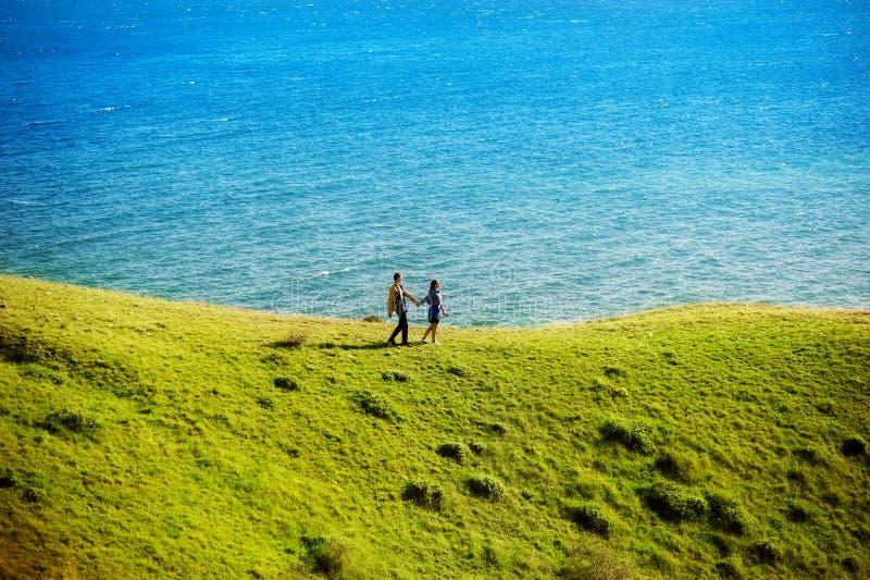 Junge Paare in der Liebe im Freien Sie sind, betrachtend lächelnd und einander Glückliches Lebensstil-Konzept lizenzfreies stockbild