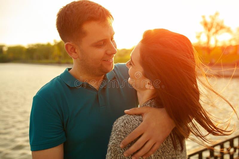 Junge Paare in der Liebe im Herbst parken die Umfassung lizenzfreie stockfotografie