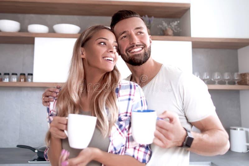 Junge Paare in der Liebe in der Küche an einem guten Morgen stockbild