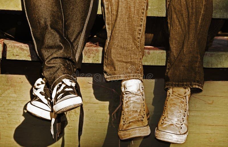 Junge Paare in der Liebe zusammen hängen lizenzfreies stockfoto
