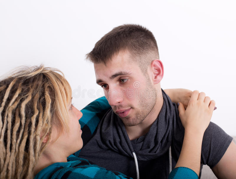 Junge Paare in der Umarmung stockfoto