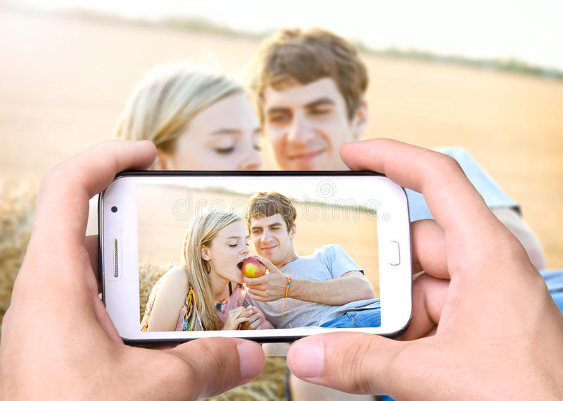 junge Paare des Fotos in der Liebe lizenzfreies stockbild