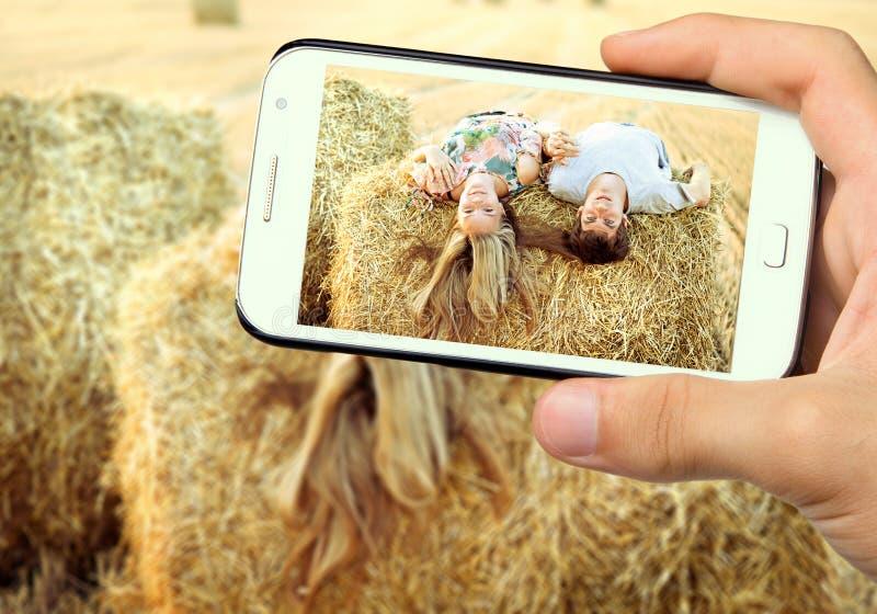 junge Paare des Fotos in der Liebe stockfoto