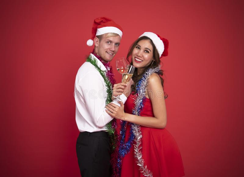 Junge Paare des Porträts, die Gläser Champagner und Lächeln halten lizenzfreie stockbilder