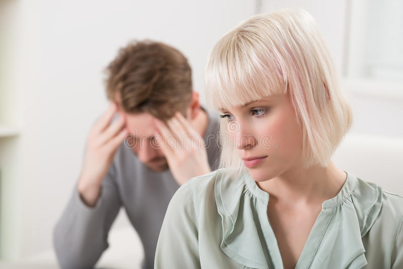 Junge Paare, die Argument haben stockbild