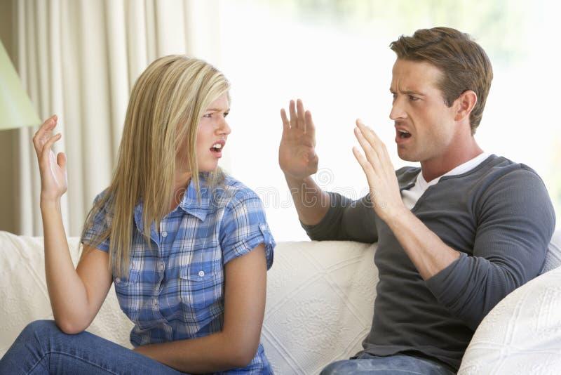 Junge Paare, die Argument zu Hause haben stockbild