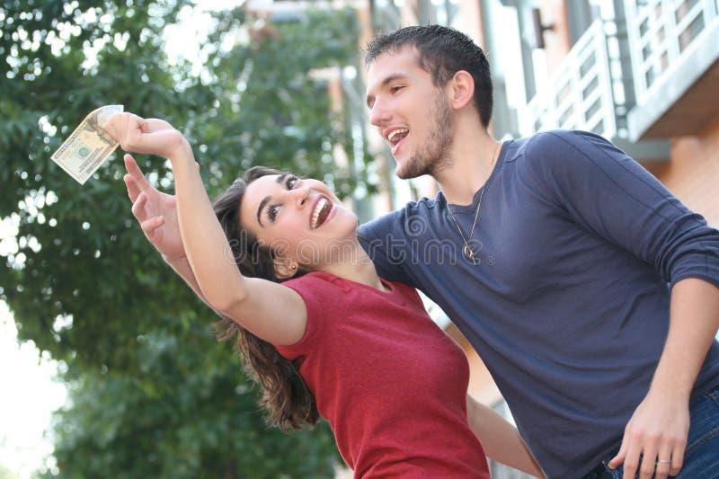 Junge Paare, die, argumentierend über Geld kämpfen lizenzfreies stockfoto