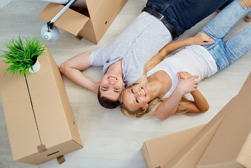 Junge Paare, die auf eine neue Wohnung sich bewegen lizenzfreie stockfotos