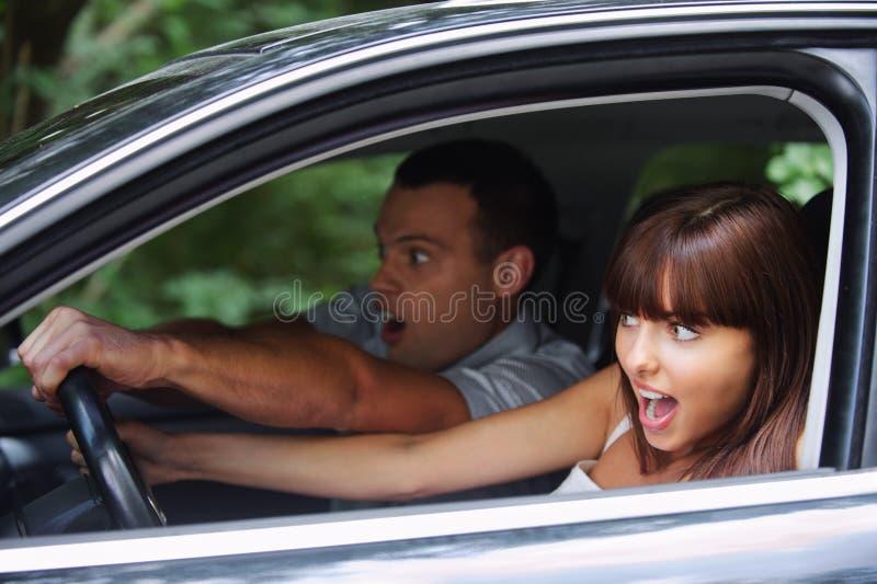 Junge Paare, die Auto antreiben lizenzfreie stockbilder