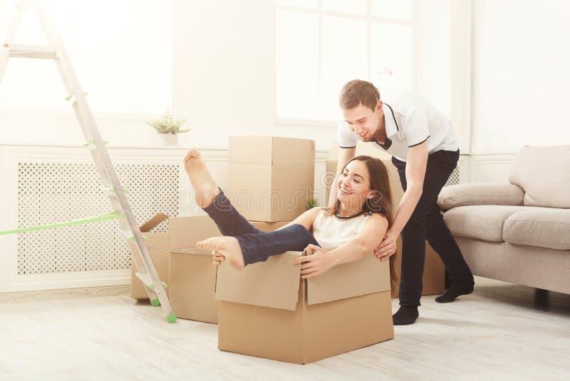Junge Paare, die bewegliche Kästen auspacken lizenzfreie stockbilder