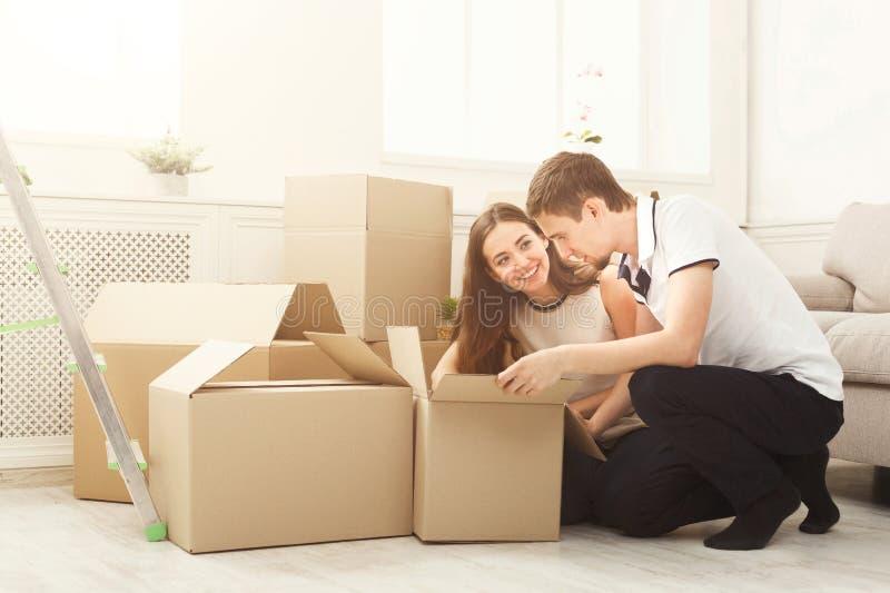Junge Paare, die bewegliche Kästen auspacken stockfotografie