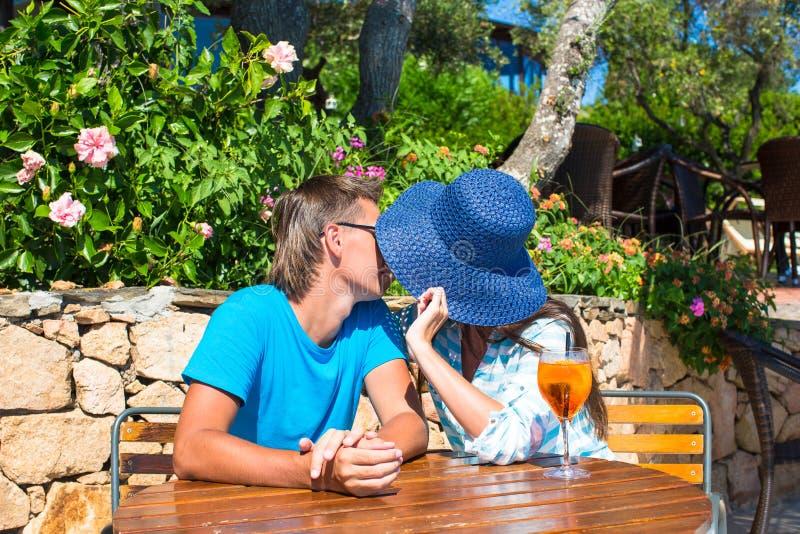 Junge Paare, die Café im im Freien sich entspannen lizenzfreie stockfotos