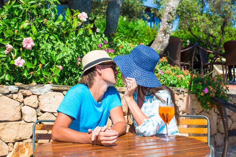 Junge Paare, die Café im im Freien sich entspannen stockbild