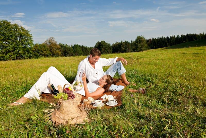 Junge Paare, die in der Natur hat Picknick sich entspannen stockfotos