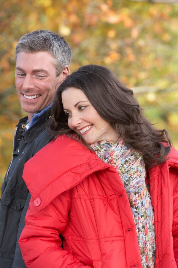 Junge Paare, die durch Herbst-Park gehen stockbild