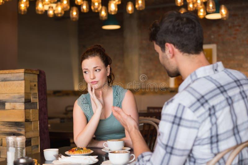 Junge Paare, die ein Argument haben lizenzfreie stockfotos