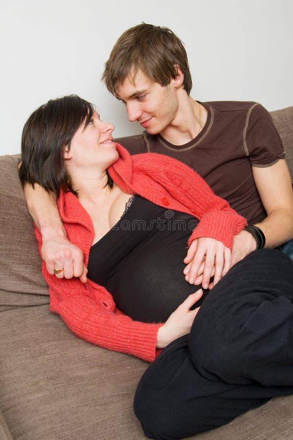 Junge Paare, die ein Schätzchen erwarten lizenzfreies stockbild