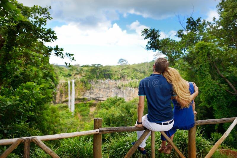 Junge Paare, die eine Ansicht über Chamarel-Fälle von Mauritius genießen lizenzfreie stockfotografie