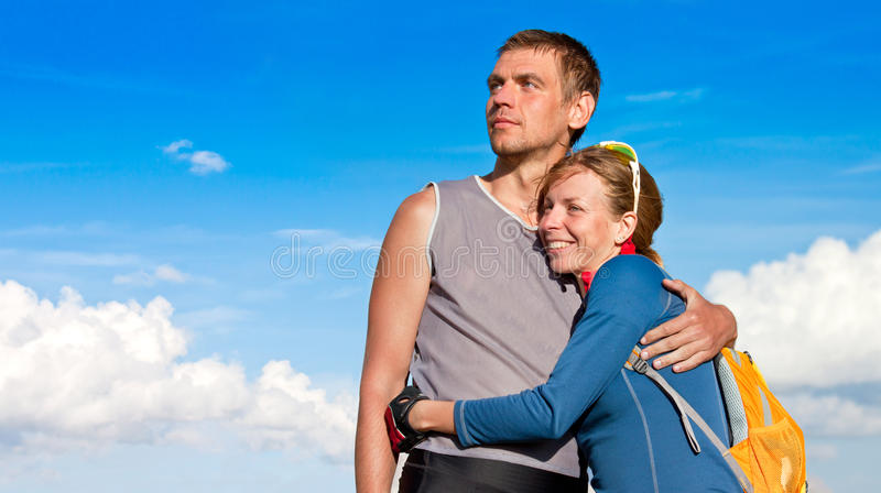 Junge Paare, die eine Ansicht genießen lizenzfreie stockfotos