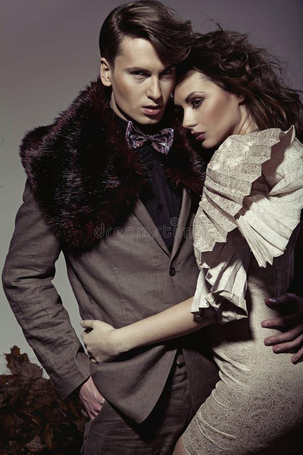 Junge Paare, die eine Herbstmode darstellen lizenzfreies stockfoto