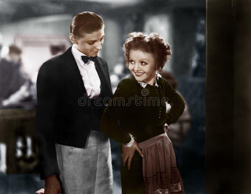Junge Paare, die flirten (alle dargestellten Personen sind nicht längeres lebendes und kein Zustand existiert Lieferantengarantie lizenzfreies stockfoto