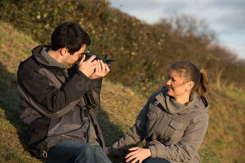 Junge Paare, die Fotografien machen stockbild