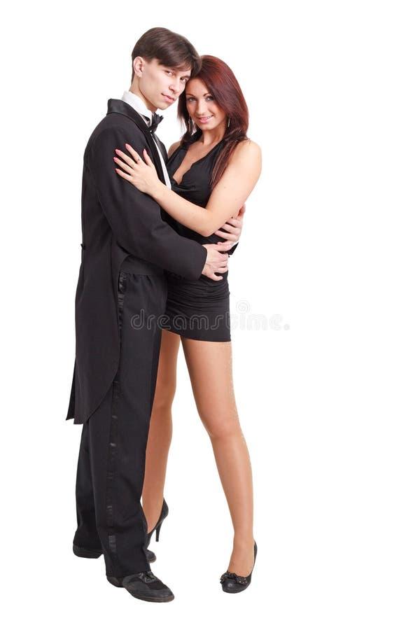 Junge Paare, die gegen weißen Hintergrund stehen. lizenzfreie stockbilder