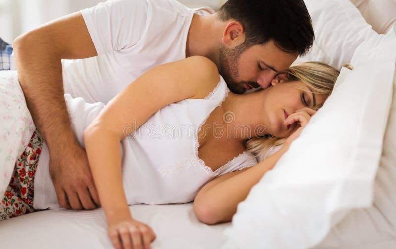 Junge Paare, die Haben von romantischen Zeiten im Schlafzimmer haben stockfotografie