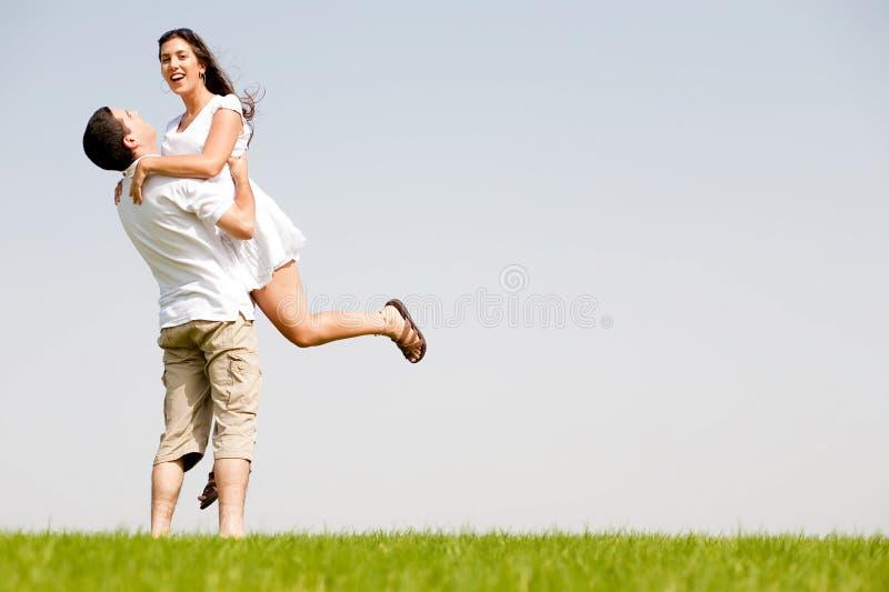 Junge Paare, die herum auf dem Park täuschen stockbild