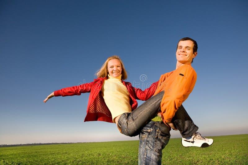 Junge Paare, die herum in der Natur spielen lizenzfreies stockfoto