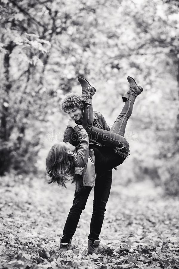 Junge Paare, die herum im Herbstpark täuschen stockbilder