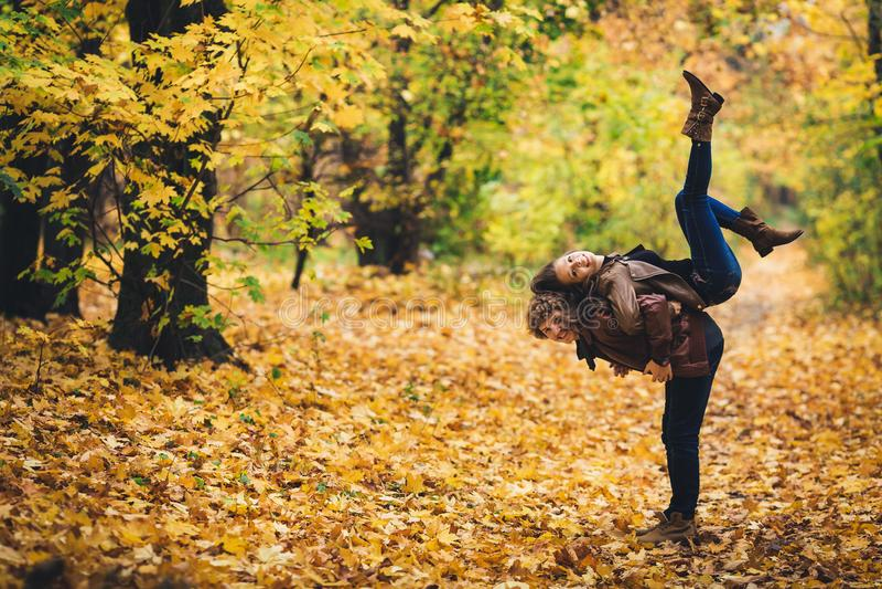 Junge Paare, die herum im Herbstpark täuschen lizenzfreie stockfotografie