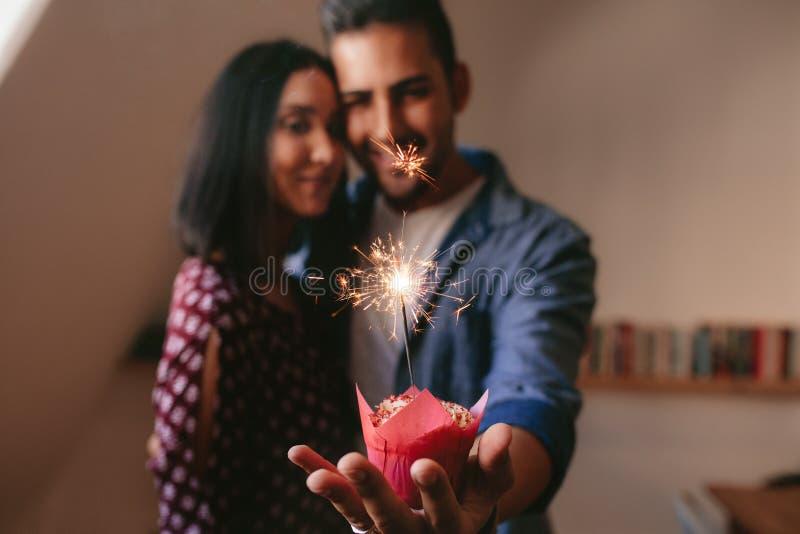 Junge Paare, die ihren Jahrestag feiern stockbild