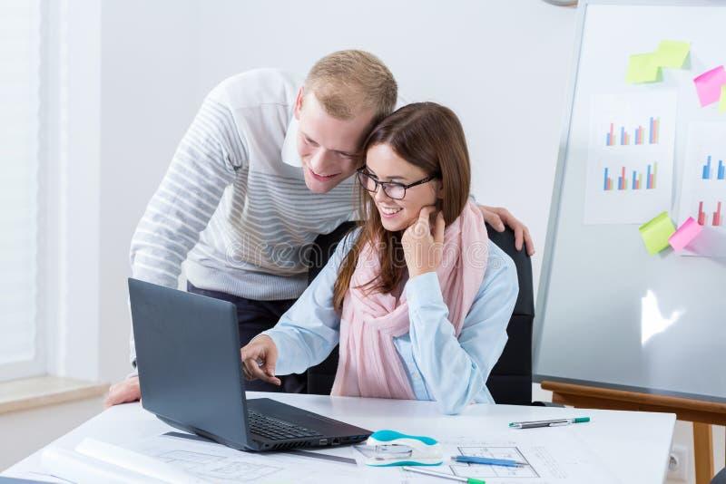 Junge Paare, die im Büro arbeiten lizenzfreie stockbilder