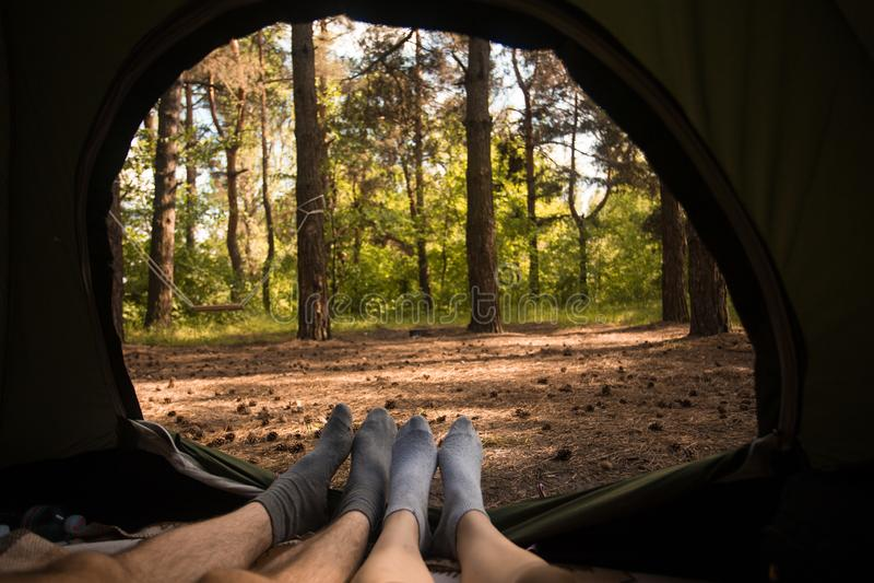 Junge Paare, die im Campingzelt, Ansichtinnere stillstehen lizenzfreies stockfoto