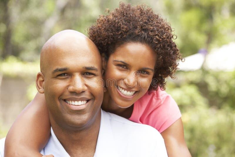 Junge Paare, die im Garten sich entspannen stockbilder