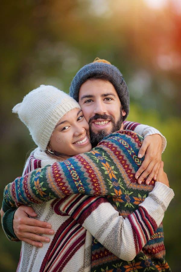 Junge Paare, die im Herbst umarmen lizenzfreie stockbilder