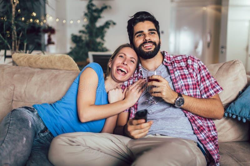 junge Paare, die im Wohnzimmer fernsehen stockfoto