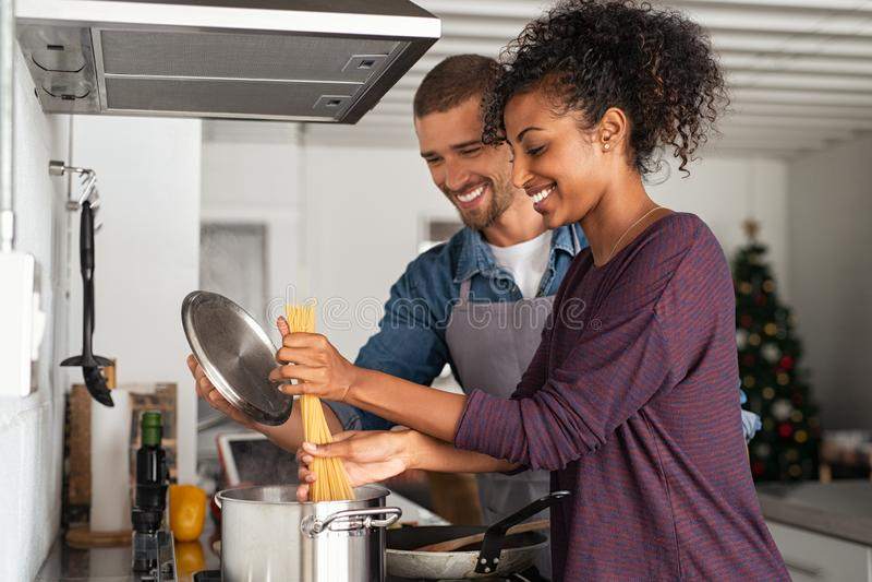 Junge Paare, die italienische Teigwaren kochen stockfoto