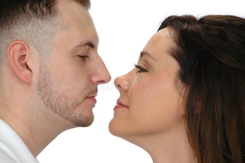 Junge Paare, die jedes O betrachten lizenzfreie stockfotos