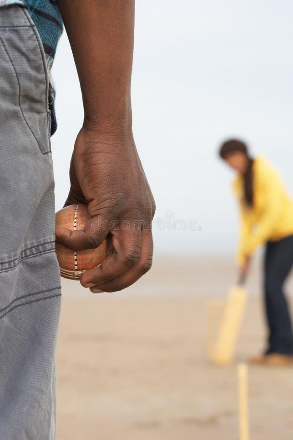 Junge Paare, die Kricket auf Herbst-Strand Holid spielen stockfoto