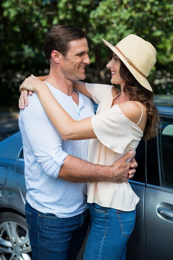 Junge Paare, die mit dem Auto umfassen lizenzfreie stockfotos