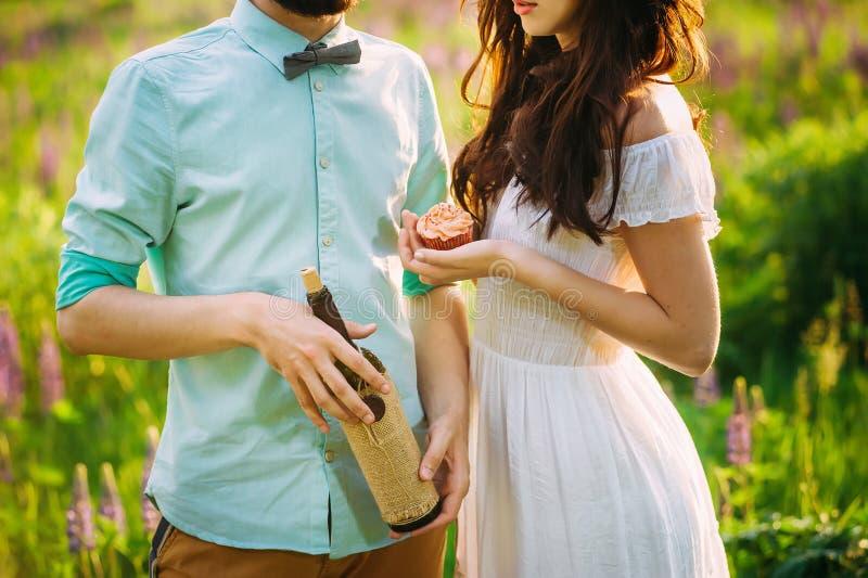 Junge Paare, die nah an einander Wein halten stehen lizenzfreies stockbild