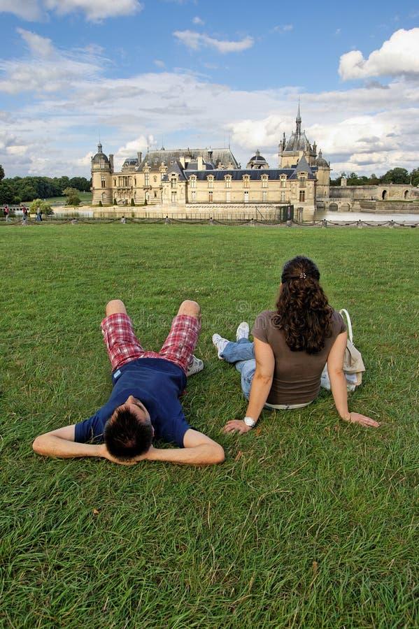Junge Paare, die am Park sich entspannen stockbild