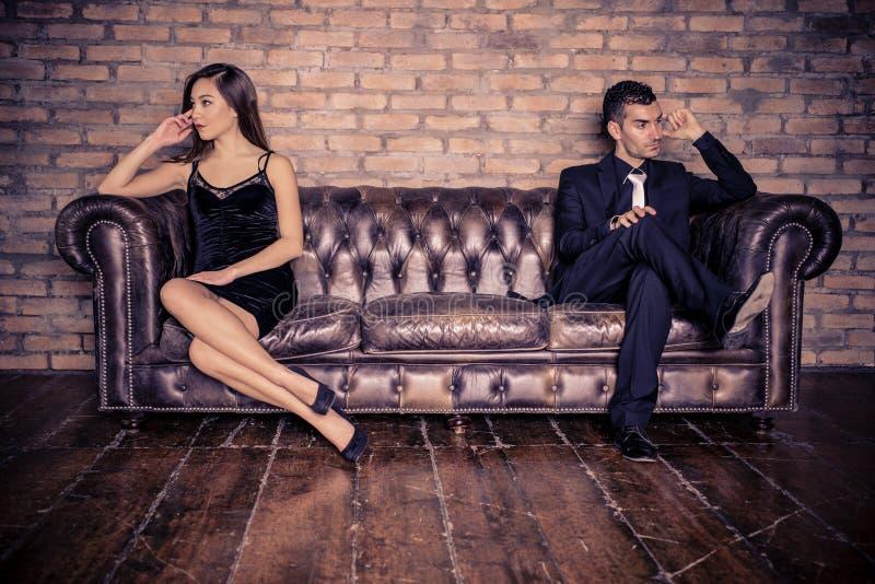 Junge Paare, die, schreiend streiten stockfoto