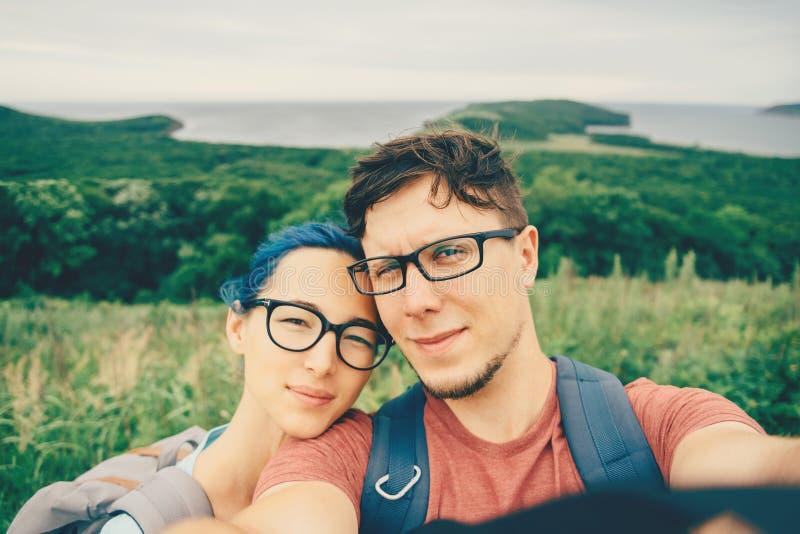 Junge Paare, die selfie auf Natur tun lizenzfreies stockfoto