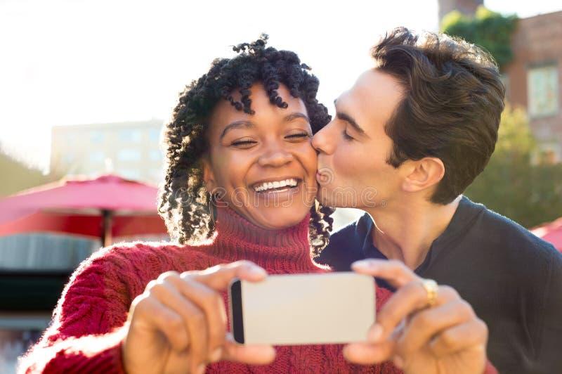 Junge Paare, die selfie nehmen stockbild